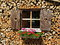 Stock Image :  Το παράθυρο ενσωμάτωσε το σωρό του ξύλου