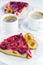 Stock Image :  Φέτα του σπιτικού κέικ δαμάσκηνων στο πιάτο