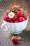 Stock Image :  Φρέσκες φράουλες σε ένα άσπρο φλυτζάνι