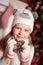 Stock Image : Όμορφα κορίτσι και χριστουγεννιάτικο δέντρο