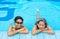 Stock Image : 2 азиатских девушки расслабляющие в угле бассейна