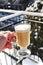 Stock Image : Выпивая горячий напиток снаружи в холодной зиме