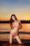 Stock Image : Женщина на пляже на заходе солнца