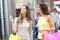 Stock Image :  Женщины ходя по магазинам в городе