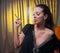 Stock Image : Красивая молодая женщина куря сигарету, думая