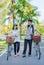 Stock Image :  Пара друга идущ и беседующ с bicy