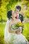 Stock Image : парк groom невесты целуя
