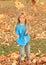 Stock Image :  使用与下落的叶子的女孩