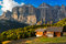 Stock Image :  在Passo Pordoi的Alpin小屋有Sella小组的,白云岩,意大利语A