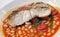 新无须鳕、豆和加调料的口利左香肠膳食