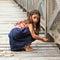 Stock Image : 木桥的惊奇的女孩