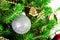 Stock Image : Bożenarodzeniowa piłki i zieleni świerczyny gałąź