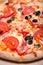 Stock Image :  Close-up van heerlijke Italiaanse pizza met ham, tomaten wordt geschoten die en