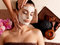 De massage van het kuuroord voor vrouw met gezichtsmasker op gezicht