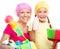 Stock Image : De moeder en haar dochter zijn gekleed voor het schoonmaken