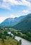 Stock Image : De rivierstromen tussen de bergen