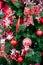 Stock Image : Decoratie van Kerstmis de rode ballen op Kerstboom