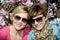 Stock Image : Duas mulheres caucasianos novas que levantam com magnólia de florescência