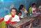 Stock Image : Dziewczyny siedzi na ich dyskach przy szkołą w Egipt
