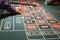 Stock Image :  Groene gevoelde roulettelijst met spelers die weddenschappen plaatsen