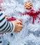 Stock Image : Het kind houdt Kerstmis rode ballen