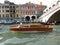 Stock Image :  Het Watertaxi van Venetië bij de Brug