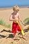 Stock Image : Jonge jongen op een Brits strand