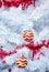 Stock Image : Kerstmis rode ballen op witte boom