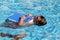 Stock Image :  Kind die leren te zwemmen, het zwemmen les