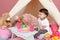 Stock Image :  Kindspel: Beweer Voedsel, Speelgoed en Tipitent