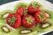Stock Image : Kiwi en aardbeien op een witte schotel