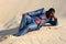 Stock Image : Luie zakenman die in zand leggen