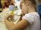 Stock Image : Mała dziewczynka maluje matrioshka rosjanina lalę