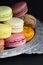 Stock Image :  Macaroons στο διακοσμητικό ασημένιο δίσκο