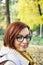 Stock Image :  Mulher positiva nova no parque do outono