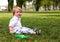 Stock Image : Portret van een gelukkige kleine jongen in het park