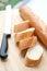 Stock Image : Warme gesneden baguette op houten raad