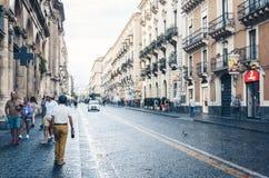 ? de Catane, Sicile ??le 15 ao?t 2018 : les gens marchent sur la rue historique de Catane, Sicile, voyage vers l'Italie images stock