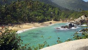  A, NATIONALPARK TAYRONA, KOLUMBIEN CABO SAN JUAN DE LA GUà - Leute genießen ihre Ferien am Strand stock video footage