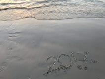 """ manuscrito del año """"2017†en la arena con agitar y huellas del mar Imagenes de archivo"""
