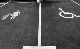 """ und """"Mother ` Handicap†mit child† Ikonen Parkzeichen Parkplatz mit Handikapzeichen und Mutter mit Kindersymbol leer Lizenzfreie Stockfotografie"""