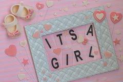 ¡Él ` s una muchacha! Invitación de la fiesta de bienvenida al bebé Fondo recién nacido fotos de archivo libres de regalías