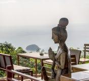 ¡ Ð arved деревянная скульптура - тайское wai приветствию стоковые фотографии rf