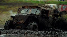 ¡ Ar Ð идет через грязь сток-видео