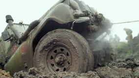 ¡ Ar Ð идет через грязь видеоматериал