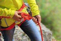 ¡ De Ð flexível fazendo um nó de oito cordas fotografia de stock