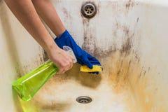 ¡ De Ð que inclina a banheira velha suja com corrosão e o molde com detersive fotografia de stock royalty free