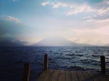 ¡ N di Atitlà del lago con il vulcano in Panajachel, Guatemala fotografia stock libera da diritti