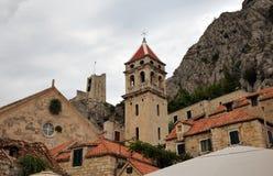 ¡ OmiÅ, Хорватия - старый городок с церковью и крепостью Mirabela стоковое изображение