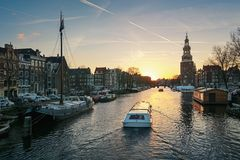 ¡ Oudeschans anal de Ð no por do sol no centro de Amsterdão Fotografia de Stock
